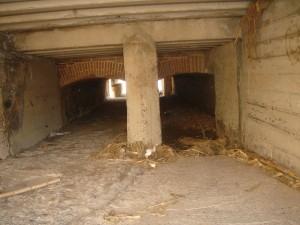 Amplies arcades sota la carretera, prop l'espigó de Vilassar