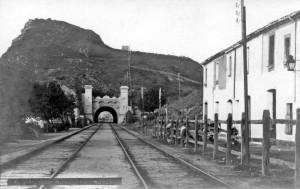 Túnel de Montgat amb la línia de telègraf de 5 cables passant per damunt del turó, vers 1910.