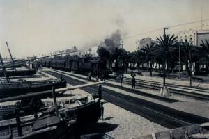 Passeig de Badalona con la 1ª línia elèctrica per servir al ferrocarril instal·lada a la bora de les vies. Foto vers 1930.