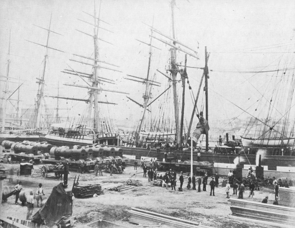 Locomotores desmuntades són embarcades en un vaixell de vela al port de Liverpool, vers 1880